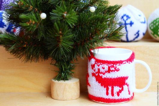 Новый год 2017 ручной работы. Ярмарка Мастеров - ручная работа. Купить Чехол на кружку с оленями красно-белый. Handmade. олень
