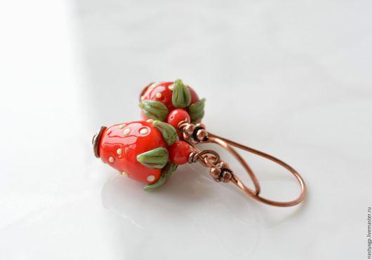 серьги , клубничка , серьги клубнички ,ягодные серьги ,лэмпворк ,красивые серьги ,подарок женщине ,украшения ,стильные серьги , бижутерия