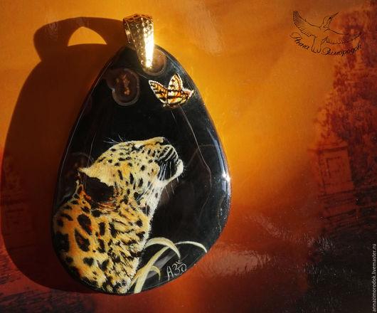 Кулоны, подвески ручной работы. Ярмарка Мастеров - ручная работа. Купить Кулон с росписью по камню Леопард и Бабочка миниатюра кошка черный шик. Handmade.