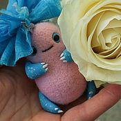 Куклы и игрушки ручной работы. Ярмарка Мастеров - ручная работа Карманный монстрик с бантиком - валяная игрушка - скульптура из шерсти. Handmade.