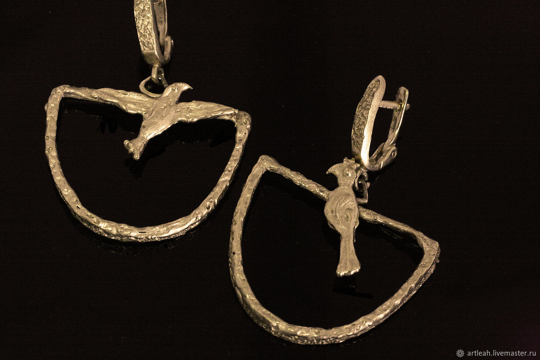 Золотые серьги с фианитами в ювелирном магазине 585