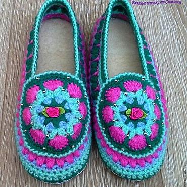 Обувь ручной работы. Ярмарка Мастеров - ручная работа ДОМАШНИЕ ТАПОЧКИ ВЯЗАНЫЕ Весна на кожаной подошве. Handmade.
