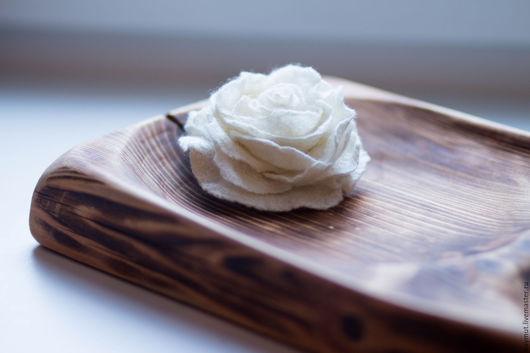 Броши ручной работы. Ярмарка Мастеров - ручная работа. Купить Белая роза. Войлочная брошь.. Handmade. Войлочная роза, цветок