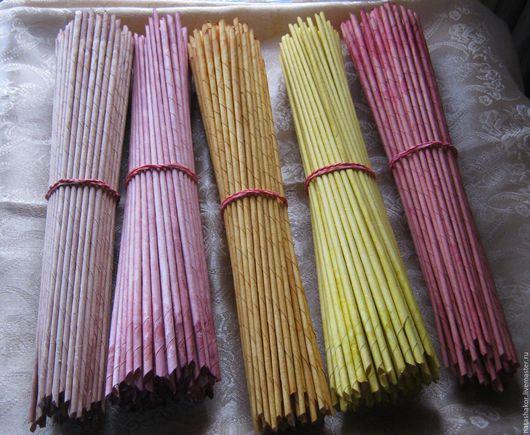 Трубочки для плетения скручены из белой офисной бумаги и  окрашены водными морилками. Цвета клен, махагон, дуб, лимон, красное дерево.