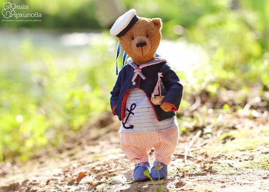 Мишка Тедди - морячок  с деревянным корабликом, в одежде в морском стиле и обуви. Гуляет вокруг дачного прудика, мечтает о море.