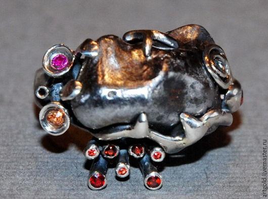 `Жизнь на Марсе` - кольцо из чернёного серебра 925 пробы и натуральными сапфирами, гранатами, рубином и чёрным бриллиантом.
