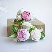 Свадебный салон ручной работы. Ярмарка Мастеров - ручная работа Цветы для прически с бутоном пиона и чайными розами. Handmade.