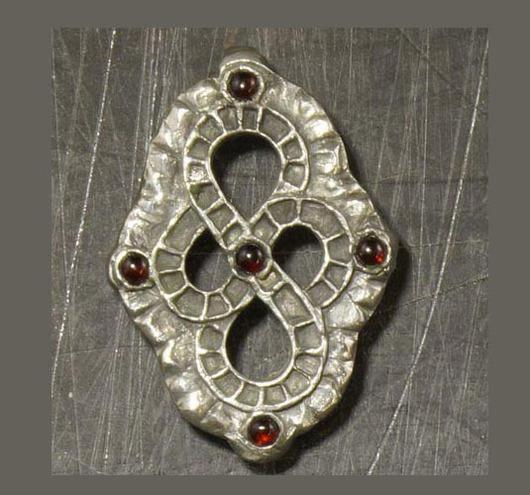 Медальон с пятью полудрагоценными камнями - гранатами (уточняйте про другие варианты, есть зелёные хризолиты, голубые топазы, жёлтые цитрины, сиреневые аметисты)