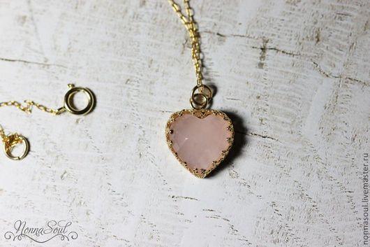Кулоны, подвески ручной работы. Ярмарка Мастеров - ручная работа. Купить Кулон в форме сердца с розовым кварцем на цепочке голдфилд. Handmade.