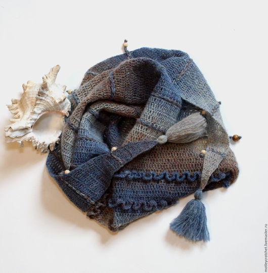 Бактус `У самого синего моря` связан крючком из прибалтийской пряжи. Чистая шерсть без примесей синтетики, бактус  теплый и экологичный. По краю бактуса отделка бусинами.