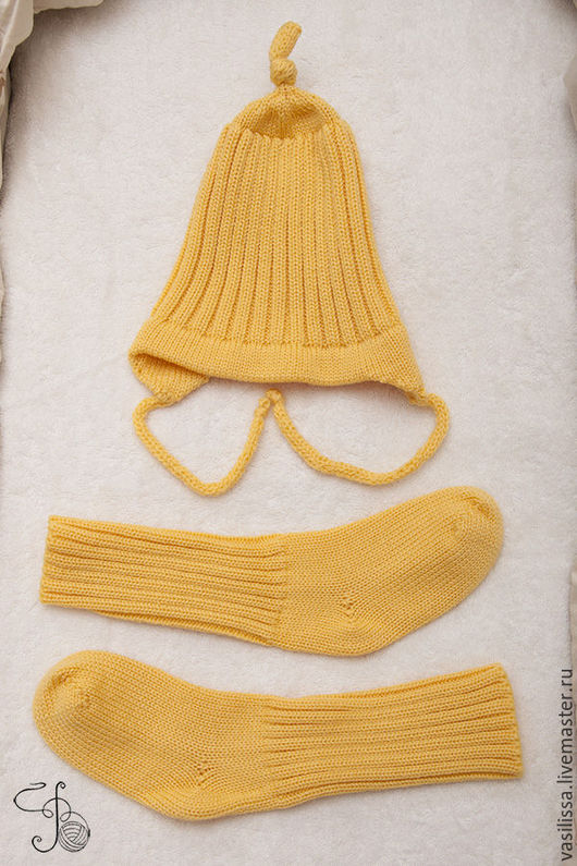 Детская шапочка с чулочками. Желтый цвет.