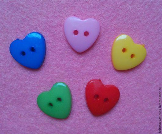 """Пуговицы """"Сердце"""" пластиковые в наличии 5 цветов - красный, синий, светло розовый, желтый, зеленый. Размер 17 мм  Стоимость 5 руб./шт. При заказе указывайте нужный цвет и количество!"""