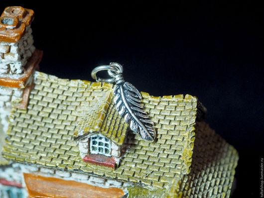 Маленький и аккуратный кулон выполнен из серебра 925, он будут прекрасно смотреться, как на цепочке, так и на браслете.