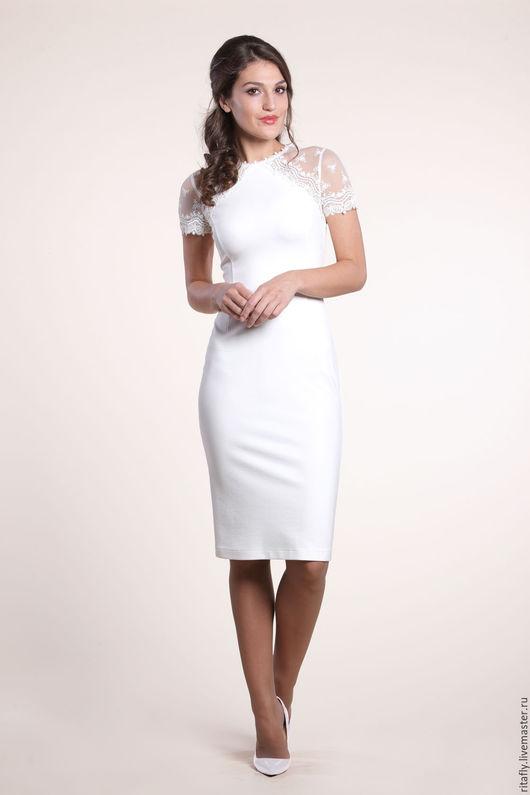 белое платье футляр с кружевом. Платье до колена с коротким рукавом. Платье по фигуре - красивое коктейльное платье или свадебное платье