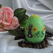 """Подарки к праздникам ручной работы. Ярмарка Мастеров - ручная работа Сувенирное яйцо из бисера"""" Заюшки""""зелёный. Handmade."""