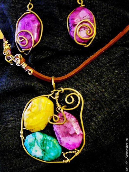 Кулон и серьги с разноцветными агатами,розового,салатового и желтого цветов.Фурнитура :металлическая проволока ,латунь.Все собрано на кожаном шнуре.Ручная работа