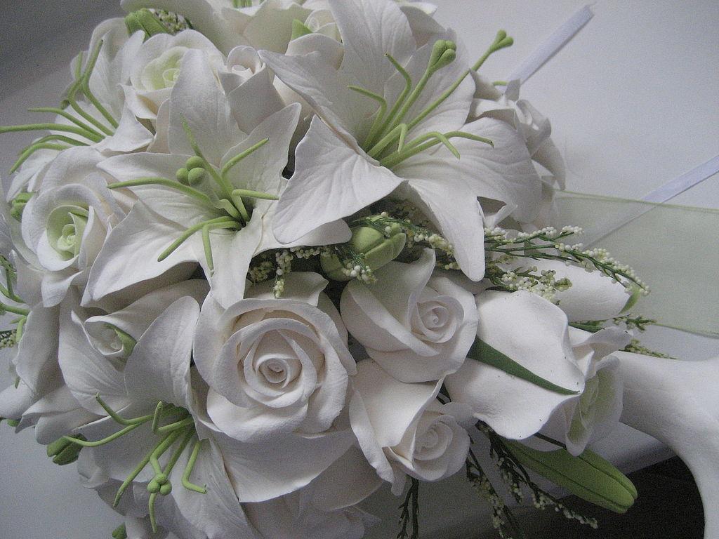 Букет белых роз и лилий