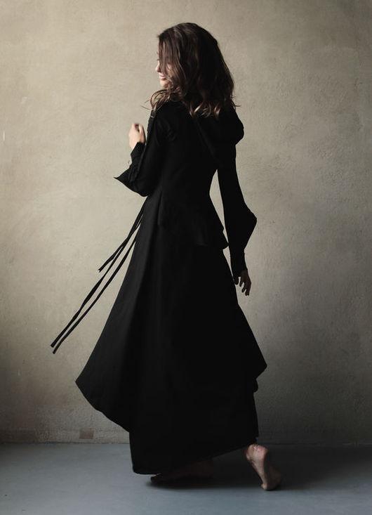 Мягкий трикотаж, оригинальная форма рукава, высокая манжета изящно открывающая запястье, спереди- имитированная жилетка, создающая многослойность и романтичный образ.