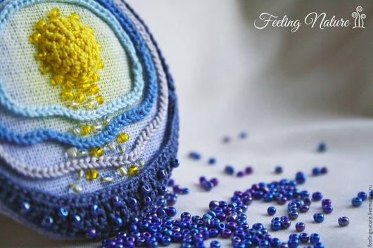 Оригинальная бохо брошь из ткани с вышивкой Когда встает луна..., синий, голубой, море. Feeling Nature броши серьги кулоны. Ярмарка мастеров