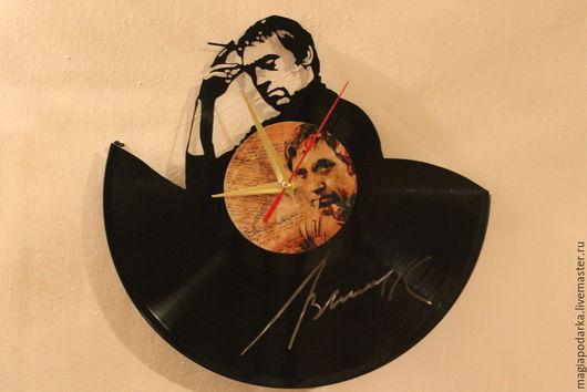Часы из виниловой пластинки `Высоцкий` станут замечательным подарком всем поклонникам и ценителям его  мастерства слова.