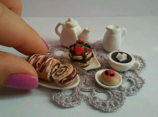 """Кукольный дом ручной работы. Ярмарка Мастеров - ручная работа. Купить миниатюрный набор """"""""Шоколадный рулетик с кофе"""". Handmade. Бежевый"""
