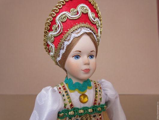 Кукла Девушка в народном костюме, тёмно-красном сарафане, душегрее, кокошнике и белой блузке. Милое девичье лицо. Голова и руки выполнены из фарфора. Ручная работа высокого качества.