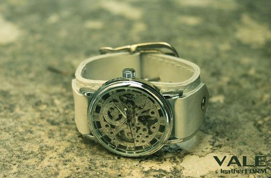 Часы наручные унисекс,на браслете из натуральной кожи.