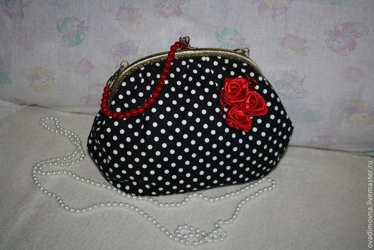 Женская сумочка с застежкой поцелуйчик.