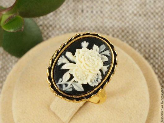 Кольца ручной работы. Ярмарка Мастеров - ручная работа. Купить Кольцо-камея Пионы, античное золото (13х18мм). Handmade. Камея