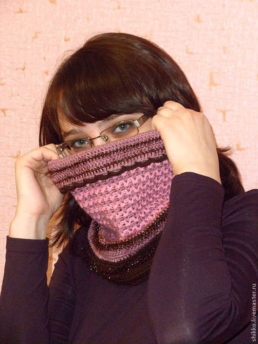 Легкий женский шарф-снуд-воротник в розово-коричневых тонах. Снуд связан крючком из тонкой полушерсти.