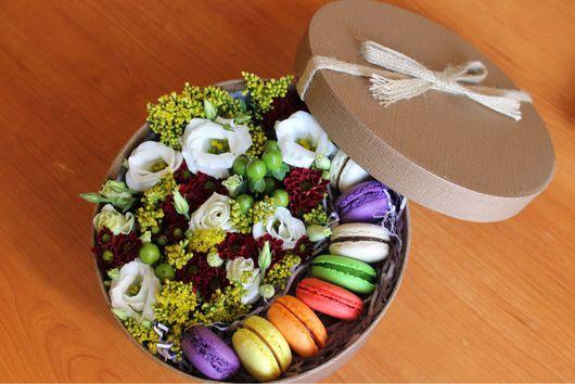 Букеты ручной работы. Ярмарка Мастеров - ручная работа. Купить Подарочная шляпная коробка с живыми цветами. Handmade. Цветы в коробке