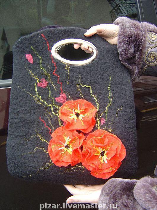 Изготовлю сумку в любом цвете и с различными цветами- по желанию клиента. Клиентки пользуются такими сумками более года-нареканий на качество нет.