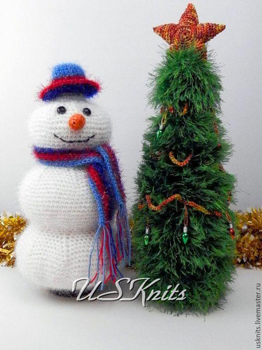 Вязаное подарочное оформление бутылки `Снеговик` универсальное, подойдет как на бутылку шампанского так и любую другую бутылку. Чехол на бутылку `Снеговик`  может служить офрмлением новогоднего стола