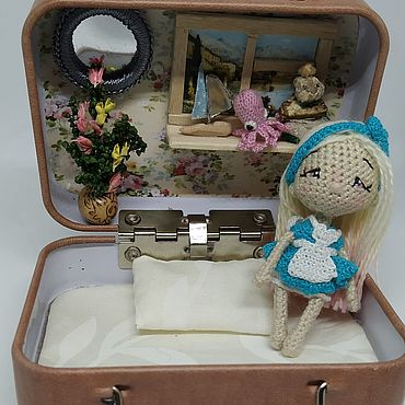 Миниатюрные игрушки: Алиса в стране чудес с домиком