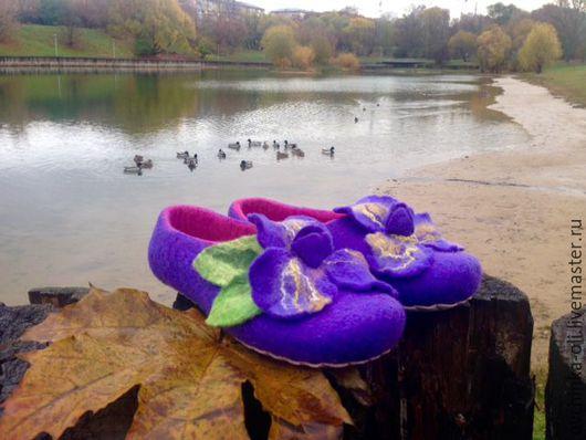 """Обувь ручной работы. Ярмарка Мастеров - ручная работа. Купить Тапочки валяные """"Ирисы"""". Handmade. Сиреневый цвет, тапочки домашние"""