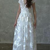 Белое платье с объёмной вышивкой цветов