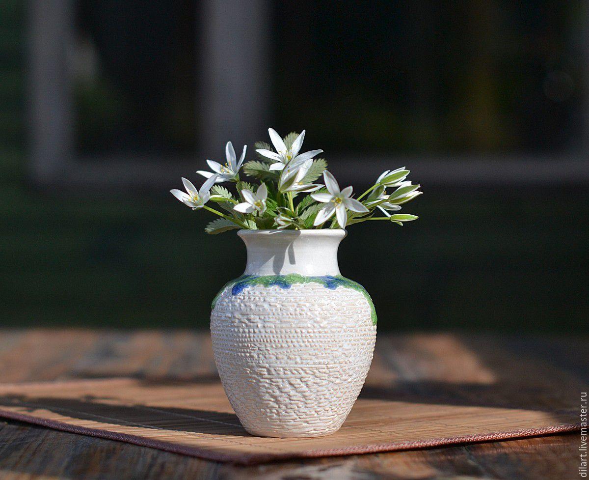 Керамическая белая ваза с сине-зеленым ожерельем