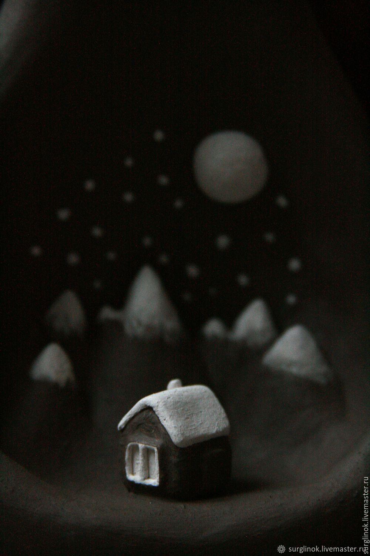 Ваза. Горы. Луна. Домик
