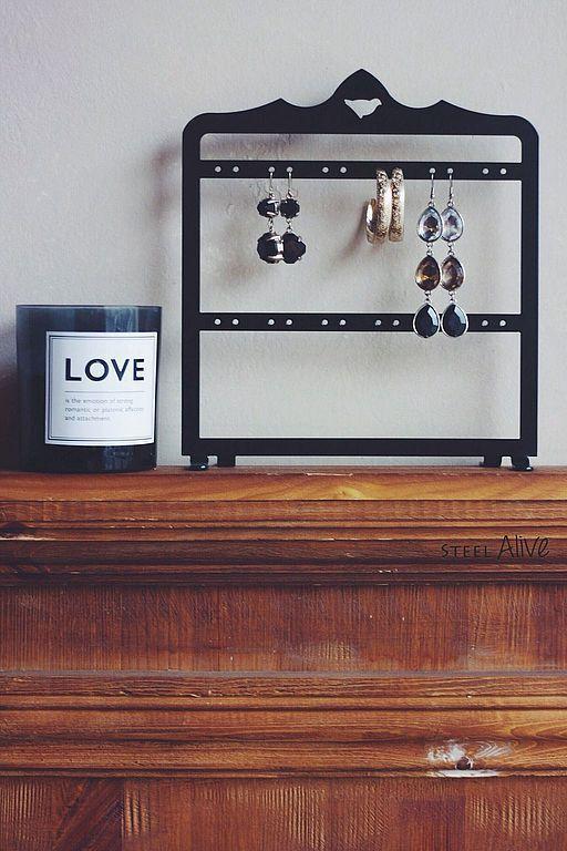 Идеально подходит для хранения небольшой коллекции серёжек в домашних условиях.  Стенд рассчитан на 12 пар серёжек. Изготавливается в чёрном, белом или бирюзово-мятном цвете.