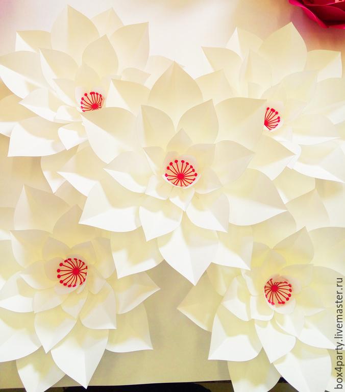 Белый цветок из бумаги