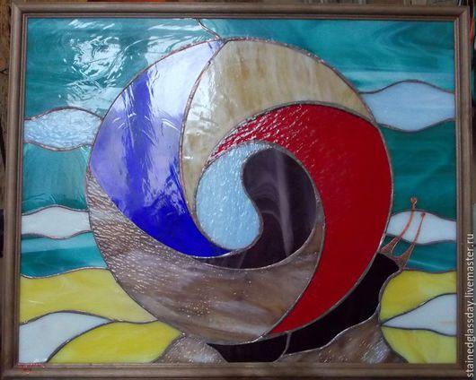 Картина из дизайнерского стекла `Улитка и океан` Витражная техника Некоторые цветные стекла имитируют  различные камни и самоцветы.