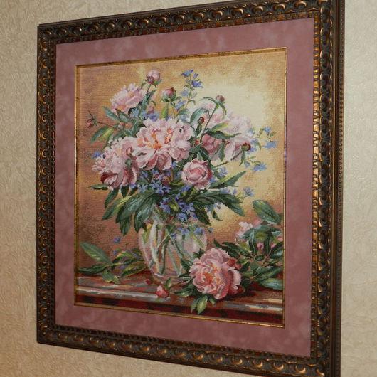 Воздушные благородные цветы… Пионы с давних времен символизировали достаток, удачливую и счастливую жизнь.Картина выполнена счетным крестом на канве аида,оформлена в багетной мастерской
