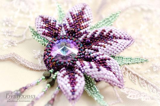 Брошь ручной работы с кристаллами Сваровски в форме цветка