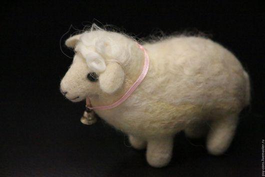Игрушки животные, ручной работы. Ярмарка Мастеров - ручная работа. Купить Мэри. Валяная из шерсти овечка.. Handmade. Белый