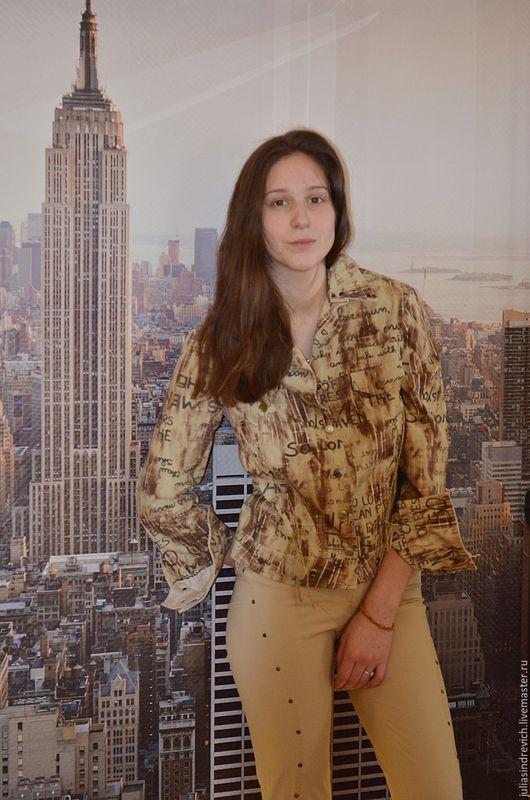6_039 Куртка беж «газетная» - с печатным рисунком, на кнопках, с металлическими заклепками, с однотонной светло-бежевой отделкой на манжетах и воротнике, с налетом байкерской философии, 100 % хлопок.