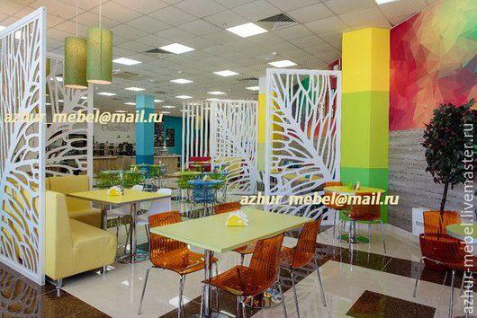Резные перегородки производства фабрики `Ажур-мебель` для зонирования пространства в кафе Family, г.Нефтеюганск.