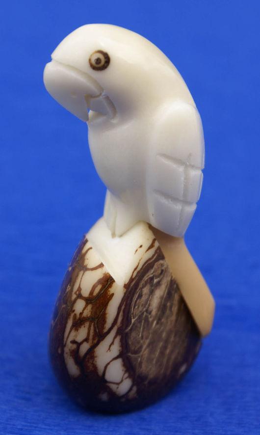 Статуэтки ручной работы. Ярмарка Мастеров - ручная работа. Купить Попугай фигурка статуэтка тропическая птица выточенная из ореха тагуа. Handmade.