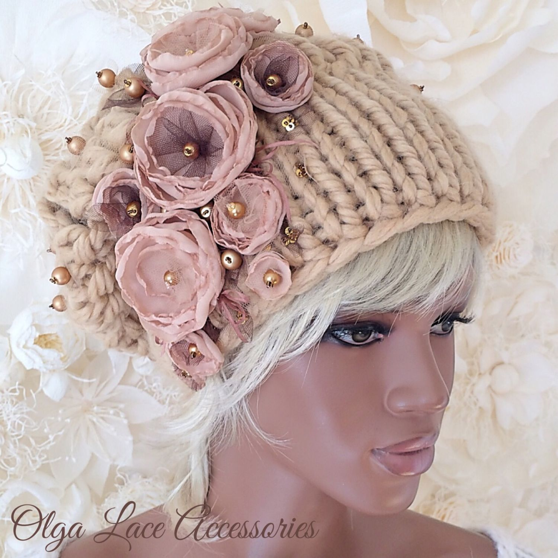 Вязаная шапки с цветами