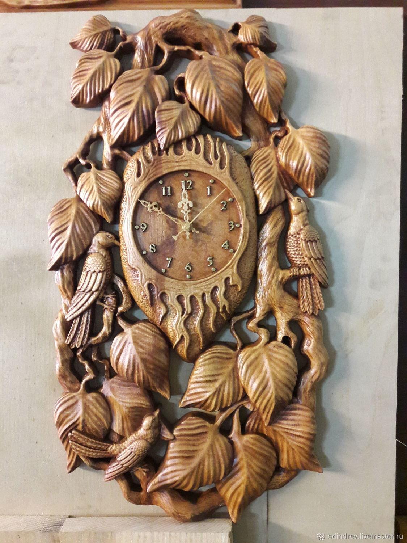 Резные часы из дерева с токарными деталями