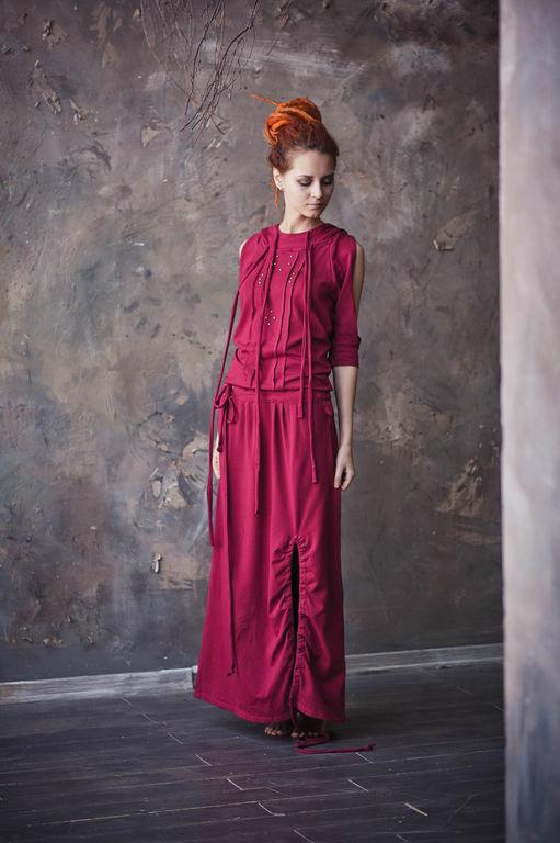 С помощью стяжек подола можно изменять длину и форму. Платье можно также сочетать с леггинсами и джинсами.